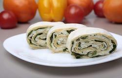 Sandwich à petit pain d'enveloppe de Piita avec l'oeuf et les légumes Images libres de droits