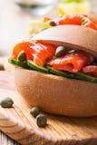 Sandwich à petit pain de saumons fumés Image stock