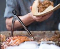 Sandwich à porc étant préparé au-dessus de la gauffreuse chaude Image stock