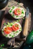 Sandwich à ressort avec du fromage de fromage, la ciboulette et les tomates-cerises Photos stock