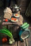 Sandwich à ressort avec du fromage de fromage, les tomates-cerises et la ciboulette Photo libre de droits