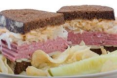 Sandwich à Reuben coupé dedans à moitié Photographie stock