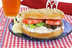 Sandwich à salade de thon sur un bagel de sésame. Photo libre de droits