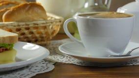 Sandwich à sorcière de petit déjeuner de matin et café chaud banque de vidéos