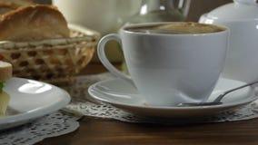 Sandwich à sorcière de petit déjeuner de matin et café chaud clips vidéos