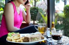Sandwich à thon de plat et pommes chips, café, thé avec la femme sur Image libre de droits