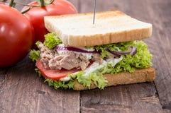 Sandwich à thon sur le bois Images stock