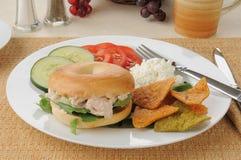 Sandwich à thon sur un bagel avec des puces de tortilla Photo libre de droits