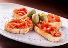 Sandwich à tost de bruschette du plat blanc Photo libre de droits