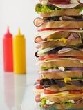 Sandwich à tour de Dagwood avec des sauces Images libres de droits