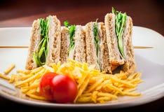 Sandwich au jambon avec de la laitue et des pommes chips Image libre de droits