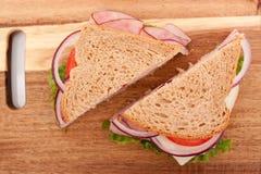 Sandwich au jambon coupé dedans à moitié photos libres de droits