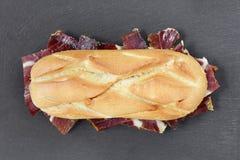 Sandwich au jambon espagnol de serrano Photographie stock libre de droits