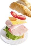 Sandwich au jambon irrésistible sur le fond blanc photo stock