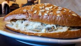 Sandwich au poulet avec des champignons, crème fondue de fromage en pain de blé image libre de droits