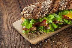 Sandwich auf dem Holztisch Lizenzfreie Stockfotografie