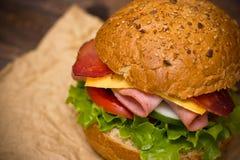 Sandwich auf dem Tisch Lizenzfreie Stockfotos