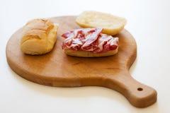 Sandwich auf Schneidebrett lizenzfreie stockfotografie