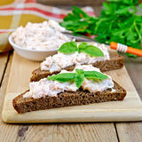 Sandwich avec de la crème des saumons et du couteau à bord Photographie stock libre de droits