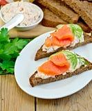 Sandwich avec de la crème et des saumons dans le plat avec l'aneth Image stock