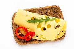 Sandwich avec de la laitue, fromage sur le fond blanc images libres de droits