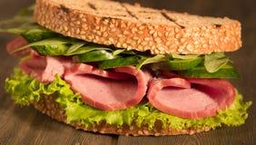 Sandwich avec de la viande fumée et le persil de fromage de salade image libre de droits