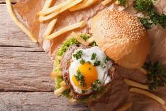 Sandwich avec de la viande grillée, un oeuf au plat et des fritures Horizontal à Image libre de droits
