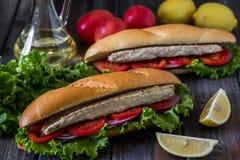 Sandwich avec des poissons Ekmek de Balik - aliments de préparation rapide turcs Photographie stock