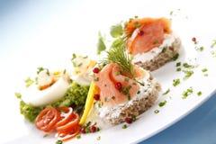 Sandwich avec des saumons image stock