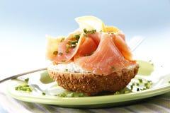 Sandwich avec des saumons images libres de droits