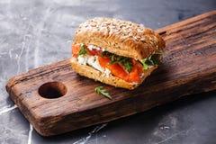 Sandwich avec des saumons images stock