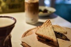 Sandwich avec du café en café photos libres de droits