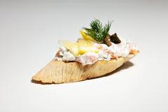 Sandwich avec du fromage blanc, aneth, olive, citron sur le backgroun gris Photos libres de droits