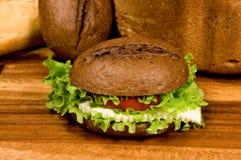 Sandwich avec du fromage et des légumes photographie stock