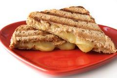 Sandwich avec du fromage fondu de la plaque de forme de coeur Photographie stock libre de droits