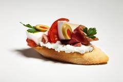 Sandwich avec du fromage, le persil, l'olive, le jambon et la tomate blancs sur le wh images stock