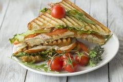 Sandwich avec du jambon et des tomates image libre de droits