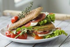 Sandwich avec du jambon et des tomates photo stock