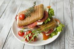 Sandwich avec du jambon et des tomates photo libre de droits
