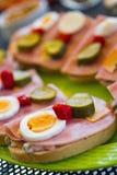 Sandwich avec du jambon, l'oeuf, le concombre et le poivre Photos libres de droits