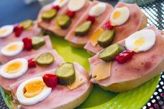 Sandwich avec du jambon, l'oeuf, le concombre et le poivre Image stock
