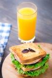 Sandwich avec du jambon, le fromage, les tomates et la laitue Image libre de droits