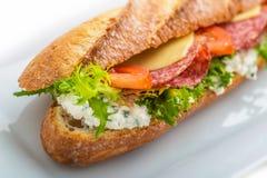 Sandwich avec du jambon, le fromage, les tomates et la laitue Sur le fond blanc Images libres de droits