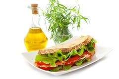 Sandwich avec du jambon, les tomates et la salade Photo stock