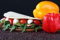 Sandwich avec du mozzarella et les légumes frais Photographie stock