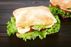 Sandwich avec du mozzarella, la tomate et la laitue Images libres de droits