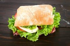 Sandwich avec du mozzarella, la tomate et la laitue Photo stock