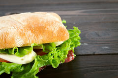 Sandwich avec du mozzarella, la tomate et la laitue Photo libre de droits