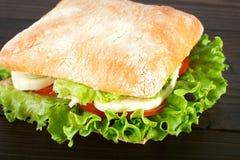 Sandwich avec du mozzarella, la tomate et la laitue Photos libres de droits