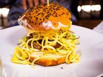 Sandwich avec l'hamburger de boeuf et les un bon nombre de fritures photographie stock